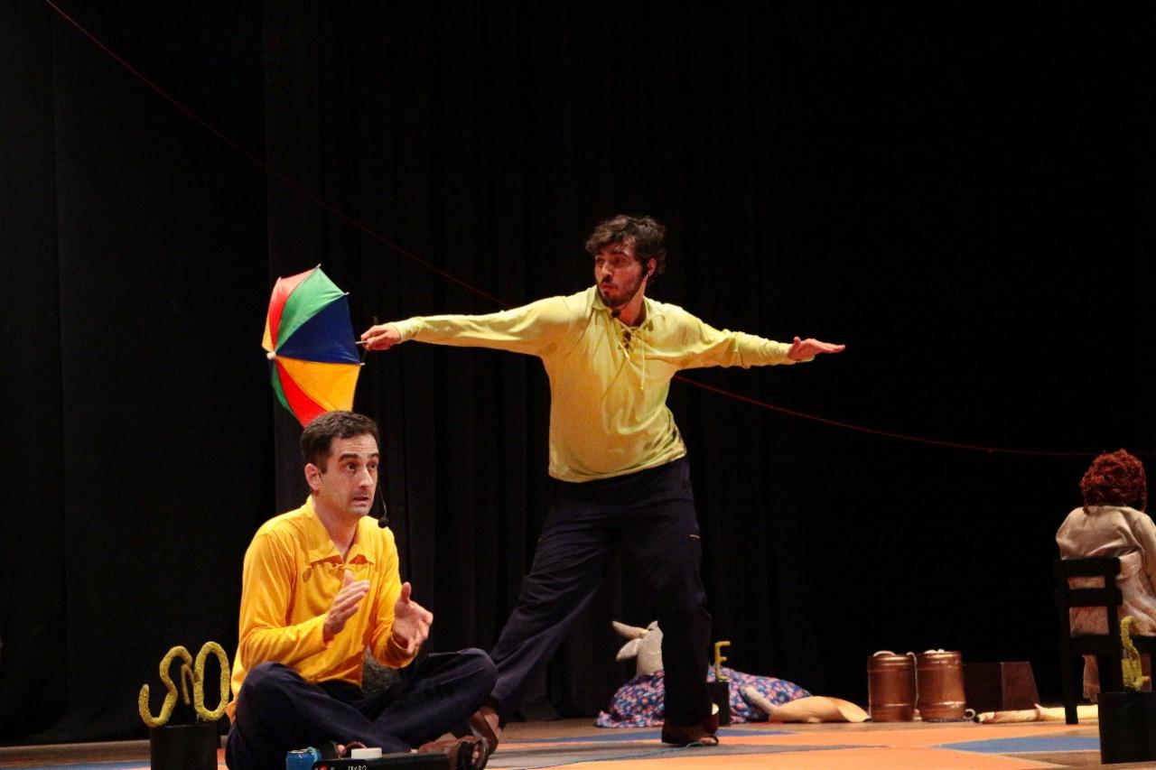 A peça teatral infantil Batendo as pernas