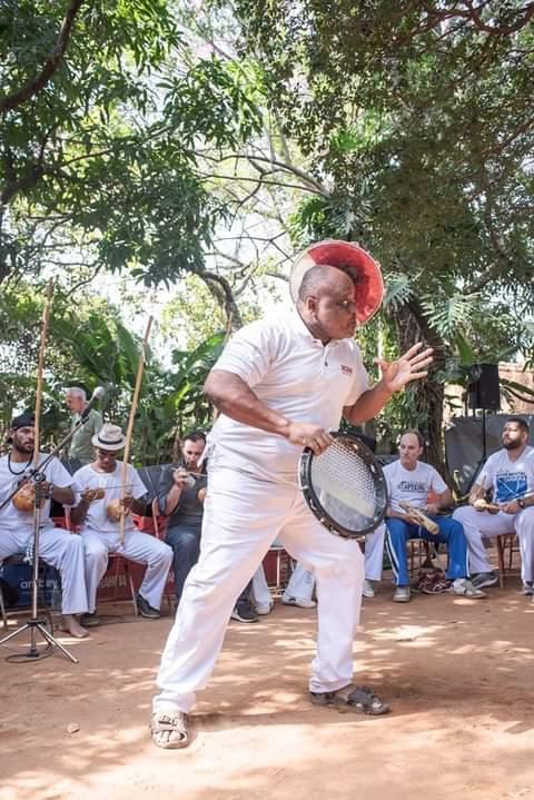 Marco Antonio Geremias, o mestre Marcão Arcada pratica malabares com pandeiro desde 1975 nas escolas de samba de Campinas